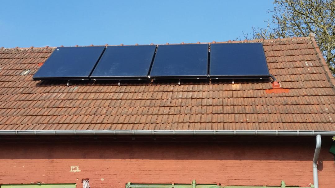 Installation de 4 panneaux solaires thermiques ROTEX DAIKIN posés sur toiture - Bucquoy Image 1